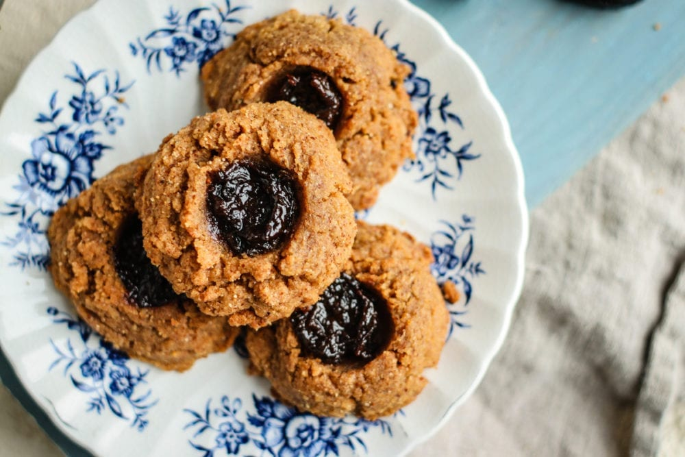 Thumbprint Cookies alle Mandorle e Prugne della California