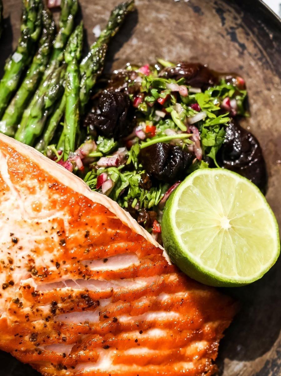 Filetto di Salmone con Chimchurri e Prugne della California