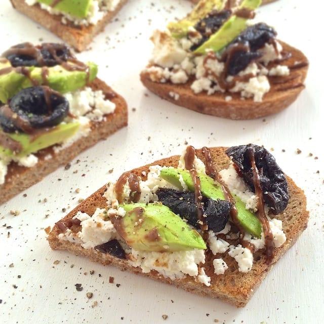 Avocado Toast con Prugne della California e Ricotta