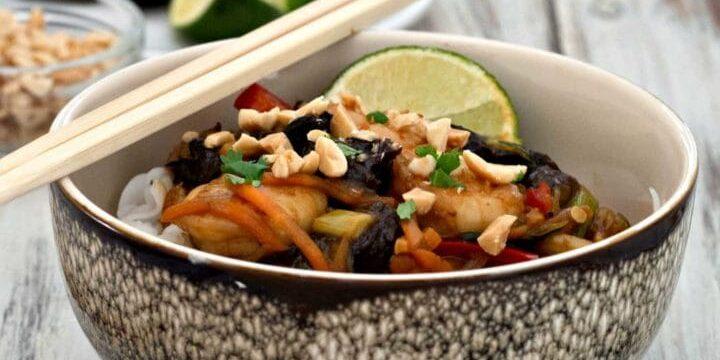 Bowl thai con noodles ai gamberoni e Prugne della California