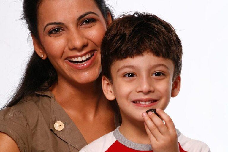 Mamma e bimbo che mangia prugne