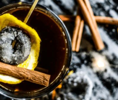 Cocktail caldo alle Prugne della California zuccherate