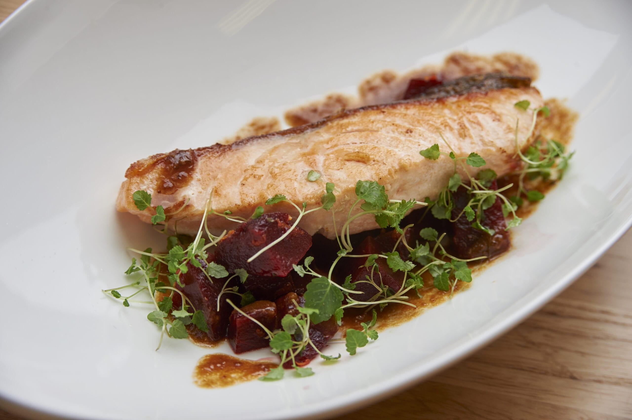 Salmone con salsa alle Prugne della California in agrodolce e insalata di barbabietola
