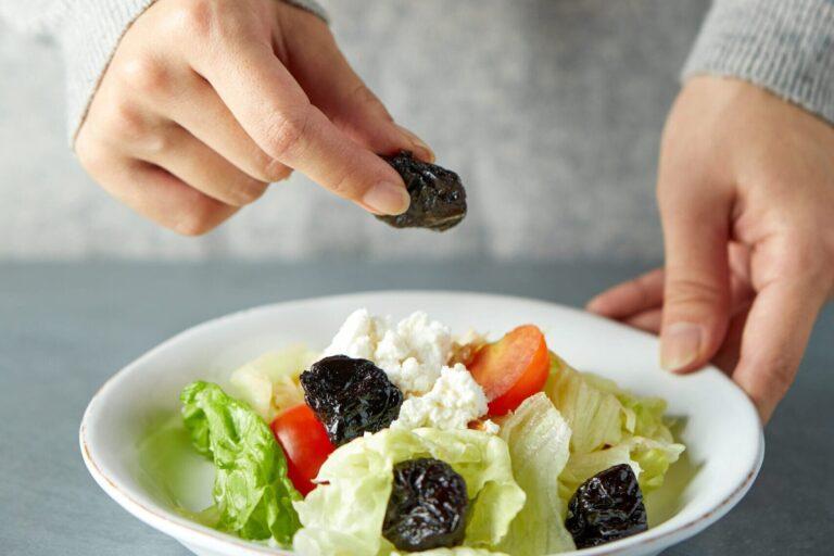 Ciotola di insalata con Prugne Fitonutrienti