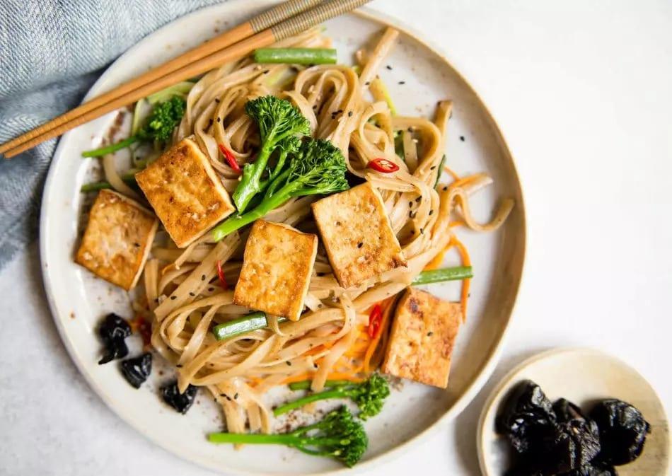 Noodle con Tofu saltato e salsa di prugne